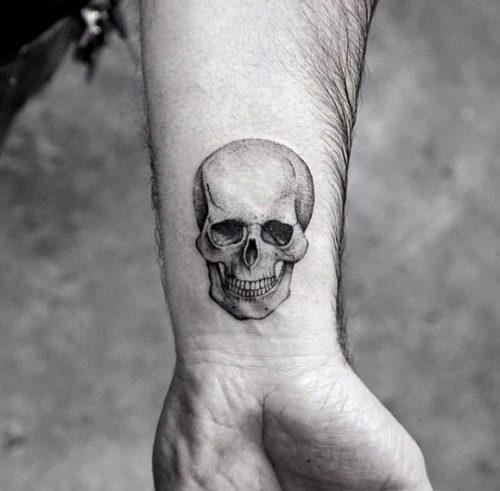 tatuajes frikis pequeños, tatuaje friki pequeño de calavera