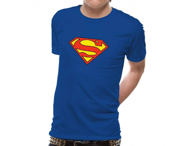 chico con Camisetas Superman azules