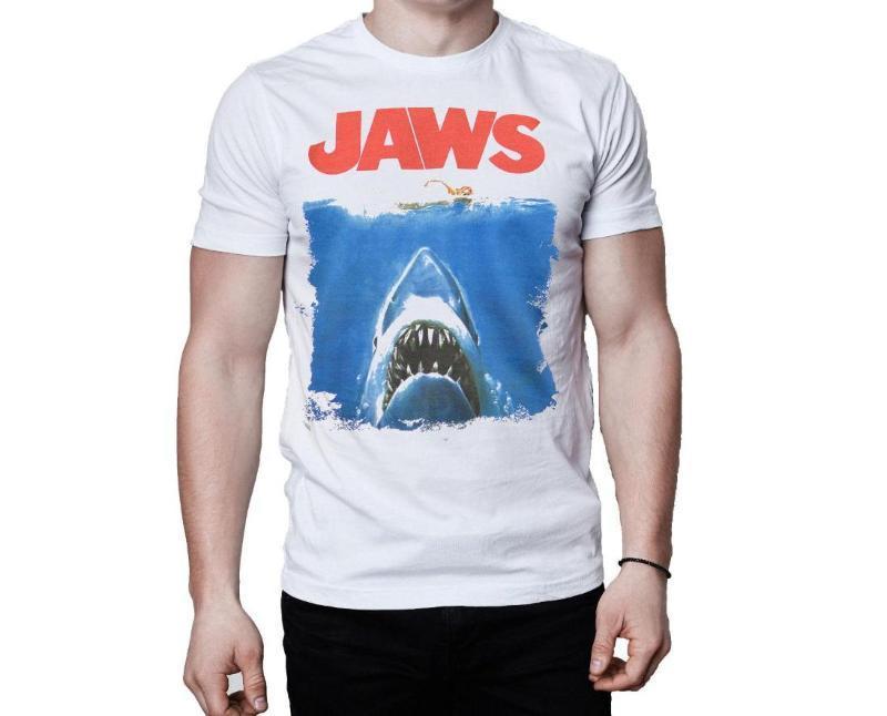 chico con Camisetas Tiburón 2