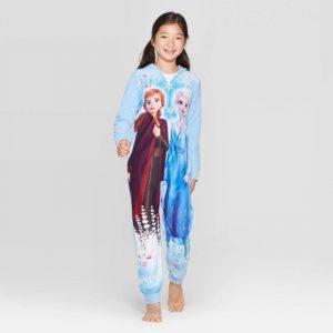 pequeña con pijama de frozen