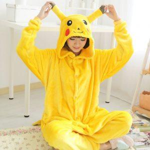 mujer con pijama de pokemon, pijama pikachu