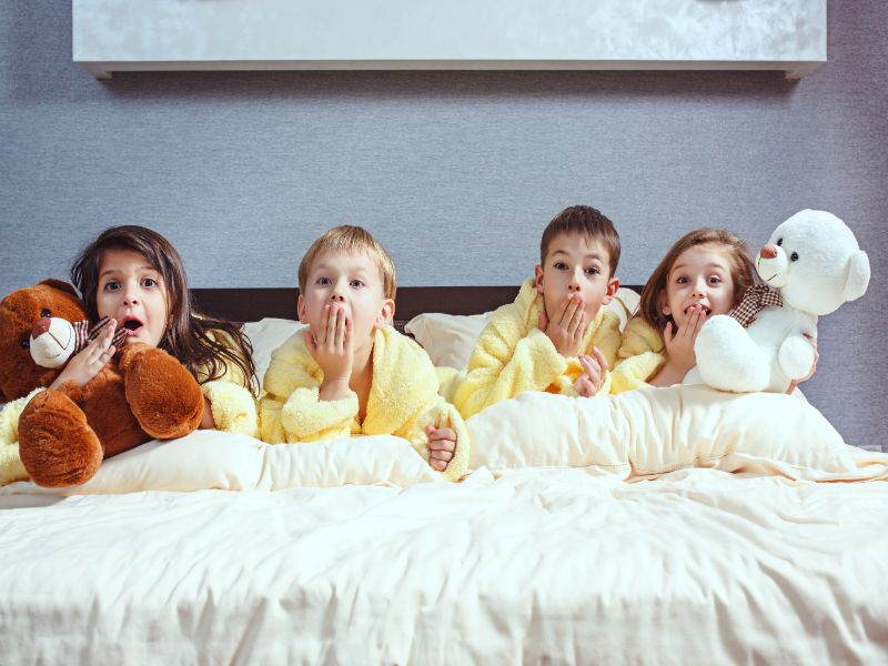 chicos divirtiendose (Qué hacer en una fiesta de pijamas)
