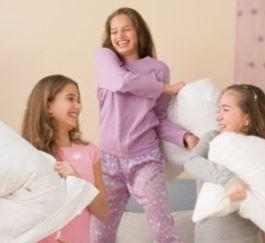 que puedes hacer en una fiesta de pijamas? aprende a planificar una pijamada divertida